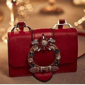 Červená k vánočním svátkům jasně patří!