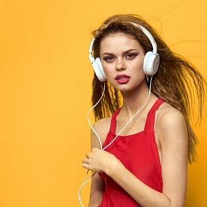 Mladá dívka - rebelka se sluchátky na uších