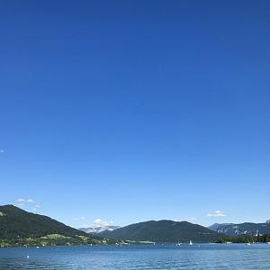 Tyrkysová hladina jezera Mondsee láká ke koupání.