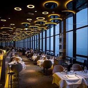 Interiér restaurace Le Ciel de Paris navržen Noém Duchaufourem-Lawrancem.
