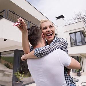 Šťastný pár si splnil sen - nové bydlení.