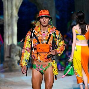 Muž v barevném modelu Versace SS2021