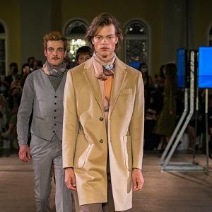Muž v béžovém kabátu Pietro Filipi