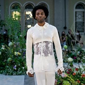 Muž bílém kostýmku