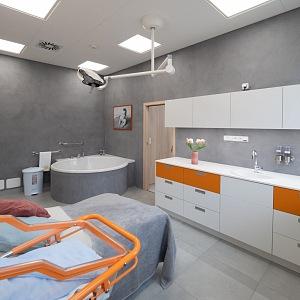 Místnost pro porod-speciální polohovací postel i velká vana.