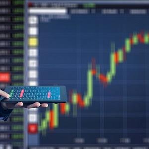 Graf ukazující klesající ekononiku a expert s tabletem