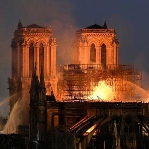 Notre Dame v plamenech