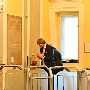Ministr zdravotnictví Adam Vojtěch si dezinfijuje ruce před jednáním vlády.