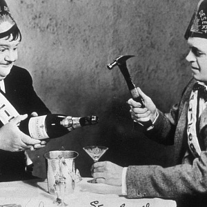 Herci Laurel and Hardy s šampaňským