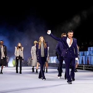 Olivier Rousteing s modelkami na přehlídce Balmain SS2021