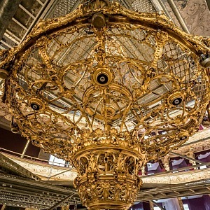 Luxusní zlatý lustr prošel rekonstrukcí uvnitř budovy.