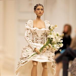 Panenka v bílých šatech Moschino