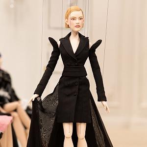 Panenka v černých šatech Moschino