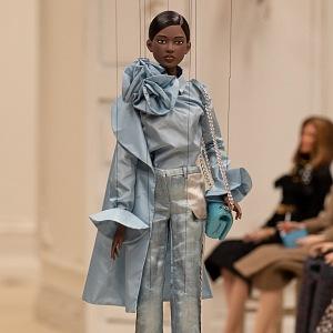 Panenka v modrém obleku Moschino