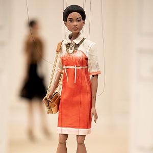 Panenka v oranžových šatech Moschino