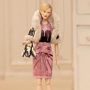 Panenka v růžových šatech Moschino
