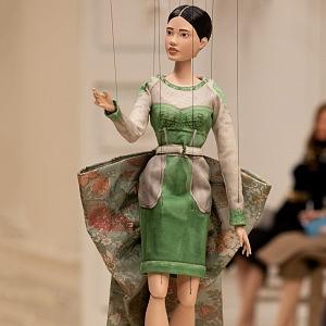 Panenka v zelených šatech Moschino