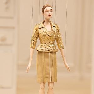 Panenka ve zlatém kostýmu Moschino