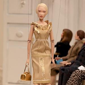 Panenka ve zlatých šatech Moschino