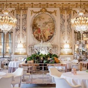 Luxusní interiér restaurace Le Meurice Alain Ducasse.