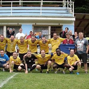 Patrice a jeho fotbalový tým.
