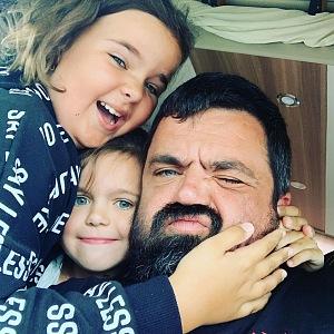 Pavel s dcerami.