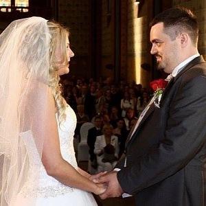 Pavel se svou manželkou během vlastního obřadu v roce 2013.