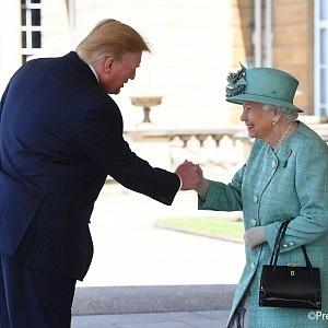 Přivítání se Trumpovi moc nedaří...