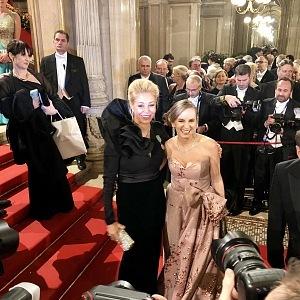 Dědička šperkařského impéria Nadja Swarovski a organizatorka plesu Maria Großbauer
