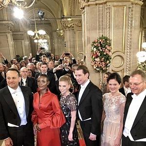 Zleva: irský politik Leo Varadkar, spisovatelka Waris Dirie, Susanne Thier s rakouským kancléřem Sebastianem Kurzem