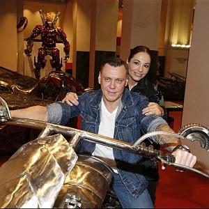 Kuklová vedle mladého partnera září štěstím.