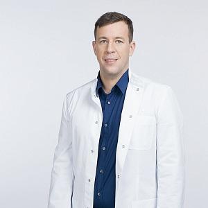 Plastický chirurg Ján Pilka pózuje na fotce.