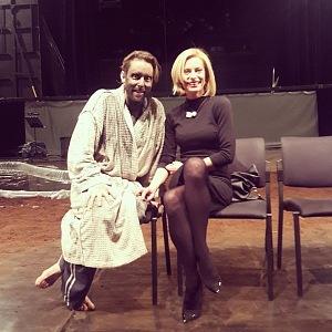 Kloubková s přítelem na jevišti po představení Máj.
