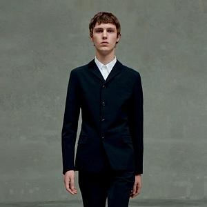 Muž v černém obleku Prada