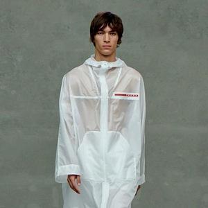 Muž v bílém modelu Prada SS2021