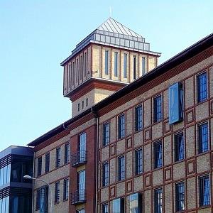 Pohled na budovu bývalých parních mlýnů s věží z Jankovcovy ulice