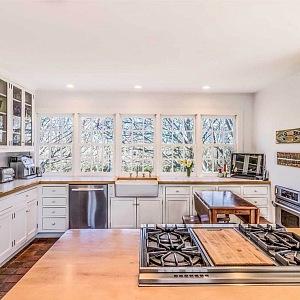 Kuchyň v bílém provedení