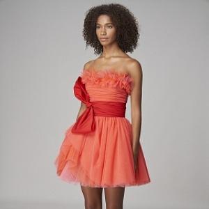 Žena v tylových šatech barvy grepfruitu