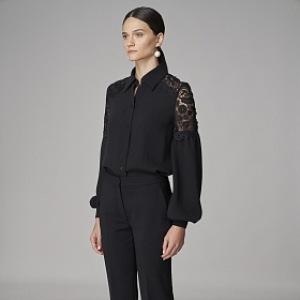 Žena v černé halence a kalhotech