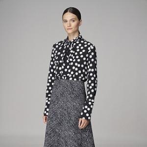 Černobílá puntíkovaná halenka a šedá sukně