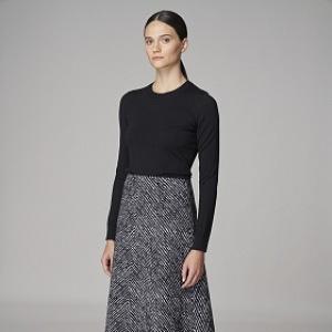Žena v elegantní šedé sukni