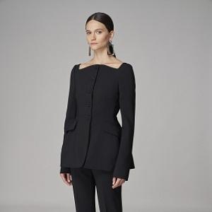 Žena v černém elegantním outfitu