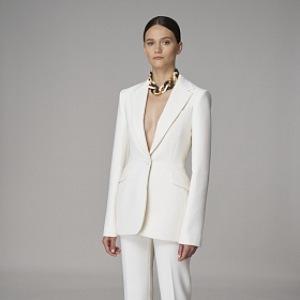 Žena v bílém elegantním kostýmu
