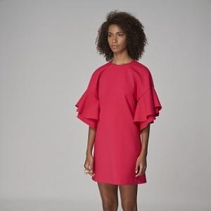 Žena v růžových šatech