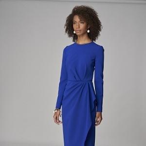 Žena v královsky modrých šatech