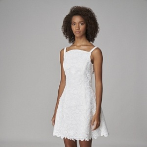 Žena v krátkých bílých šatech