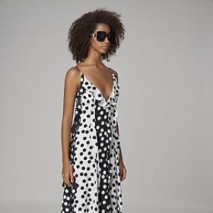 Žena v černobílých puntíkovaných šatech