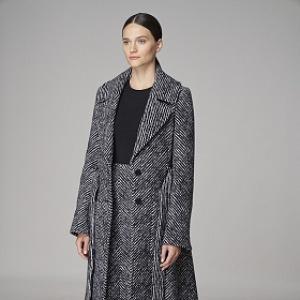 Ženav elegantním šedém kabátku