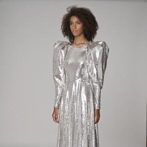 Žena ve stříbrných šatech