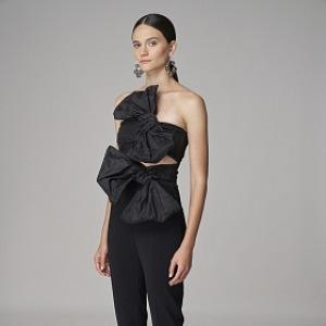 Žena v černém kostýmu